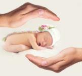 Twee handen beschermen een baby